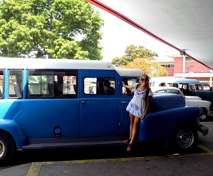 Terminal con carros clásicos en Cuba